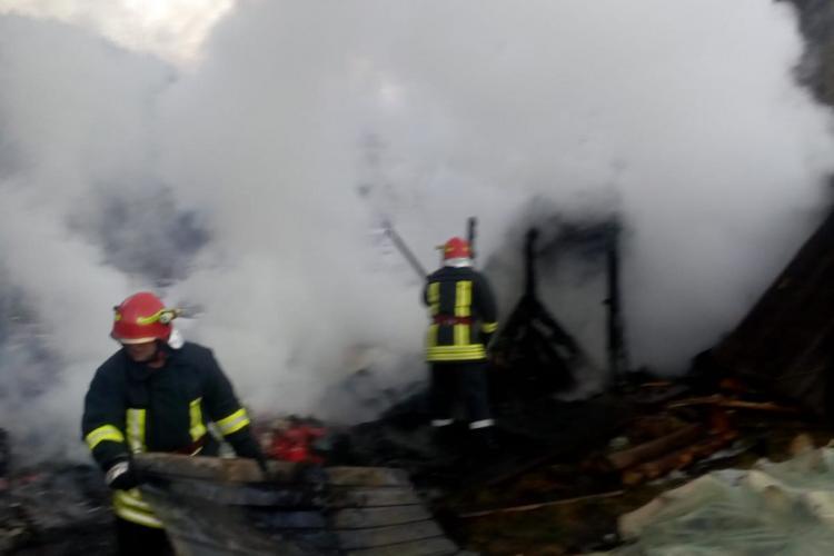 CLUJ: Incendiu la o pensiune! Pompierii s-au chinuit o ora pentru a stinge flăcările FOTO /VIDEO