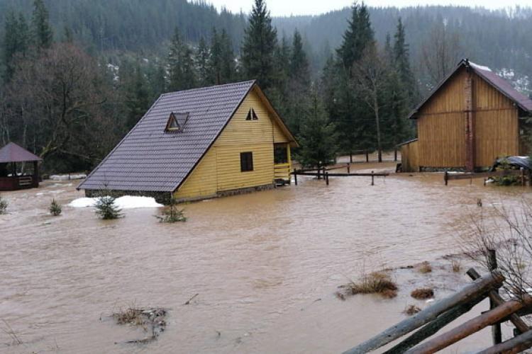 Inundații la Beliș. Case de vacanță au fost afectate de gheața formată pe râu - FOTO