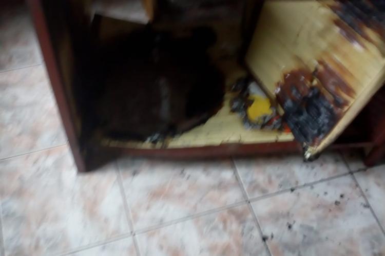 Cluj: La un pas de tragedie într-o locuință. Un incendiu a pornit de la un chibrit aruncat la gunoi FOTO