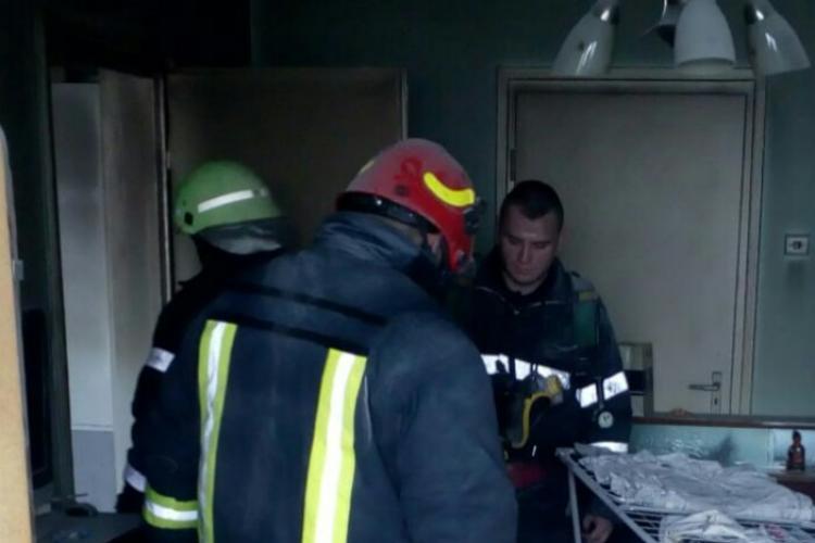 Incendiu în Gheorgheni: Un tânăr a fost la un pas de a arde de viu, după ce a adormit cu țigara în mână. Casa îi era în flăcări FOTO