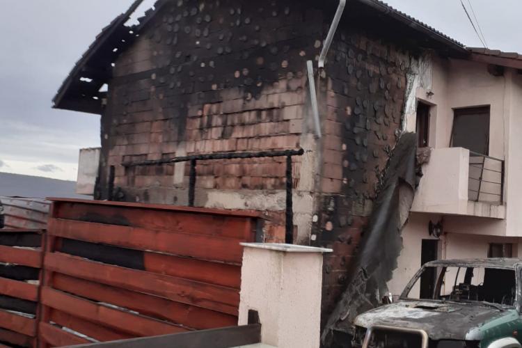VIDEO - Incendiu la o casă din Cluj-Napoca. Au luat foc și mai multe mașini FOTO
