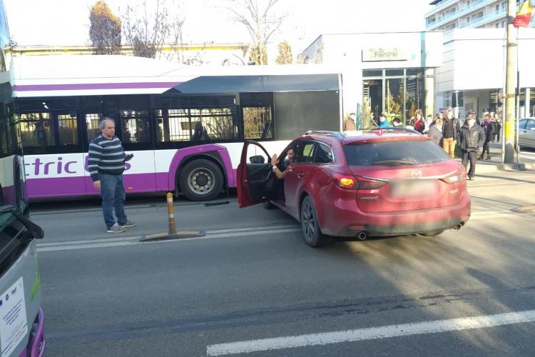 A intrat într-un autobuz electric lângă Iulius Mall Cluj - FOTO