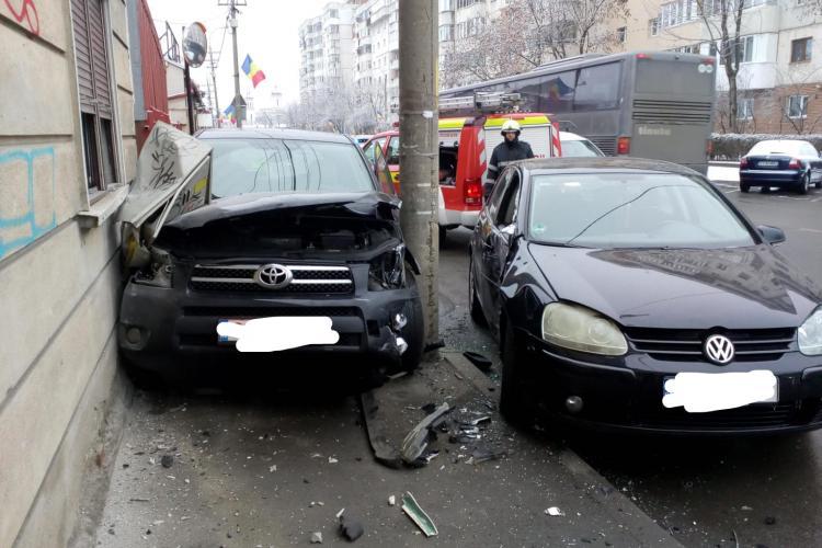Accident pe strada București! Mașină strivită între stâlp și clădire - FOTO