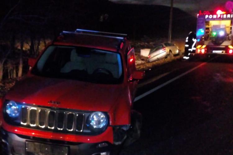 Accident între Gilău și Căpușu Mare! O mașină e în afara carosabilului - FOTO