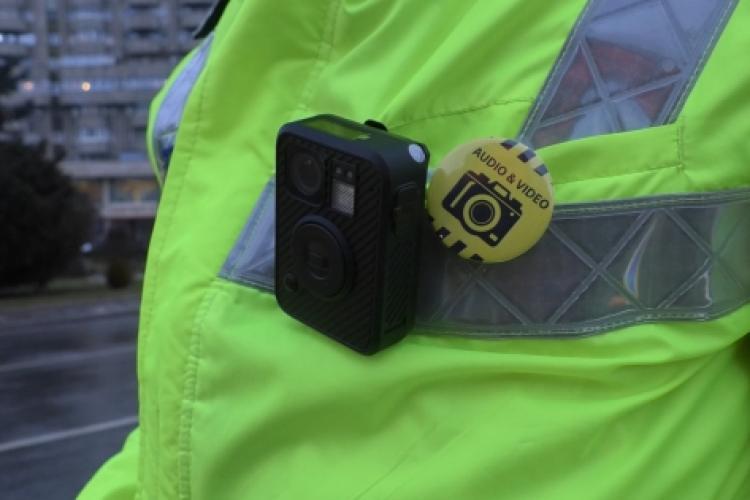 Cluj: Polițiștii vă filmează cu camere montate pe uniformă