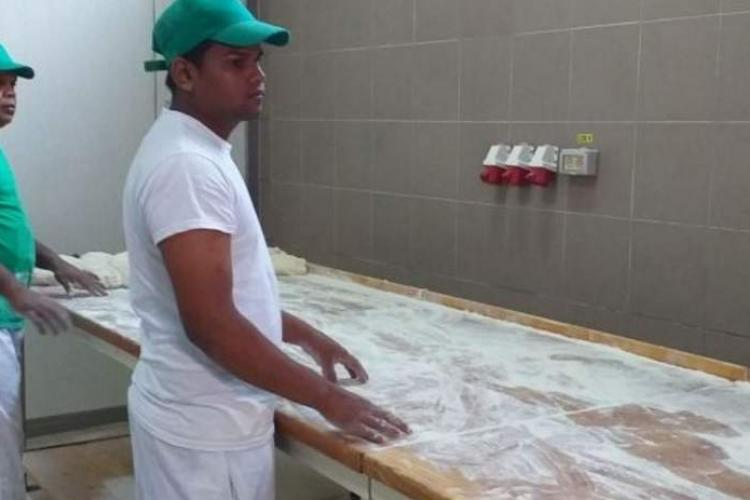 Brutarii sri-lankezi angajați în Harghita, MUTAȚI de patroni într-o altă secție a fabricii: Localnicii nu vor ca ei să atingă pâinea