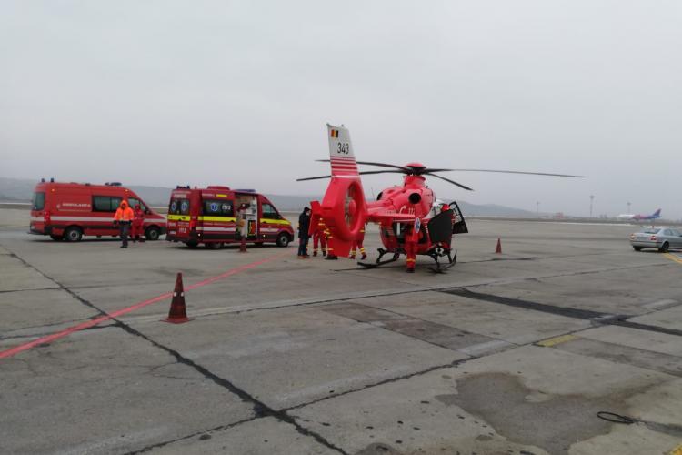 Aterizare de urgență a unui elicopter SMURD pe Aeroportul Cluj. Au avut probleme tehnice după ce au transportat un pacient FOTO/VIDEO