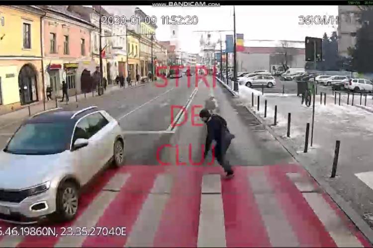 Un pieton DEMENT s-a aruncat în fața autobuzului pe Memorandumului! Toți călătorii au căzut ca popicele - VIDEO