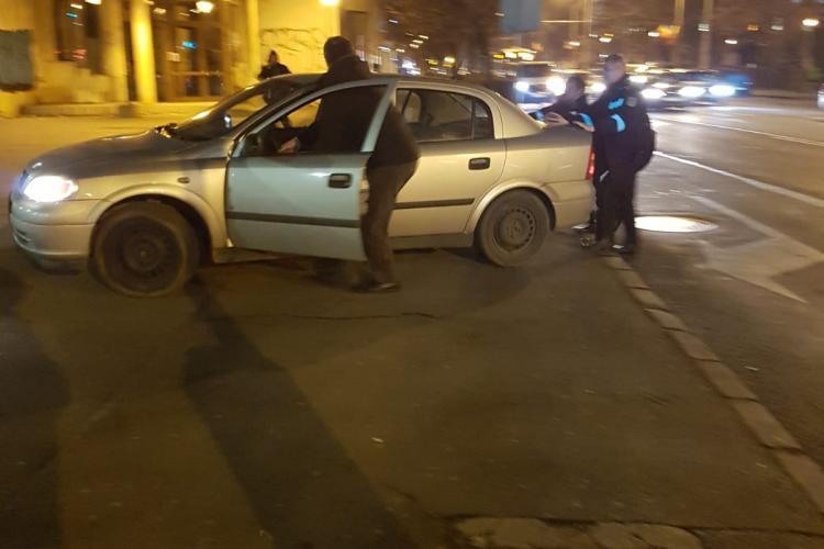 Poliția la Cluj ajută un șofer ghinionist. În rest nimeni nu a oprit să dea o mână de ajutor - FOTO