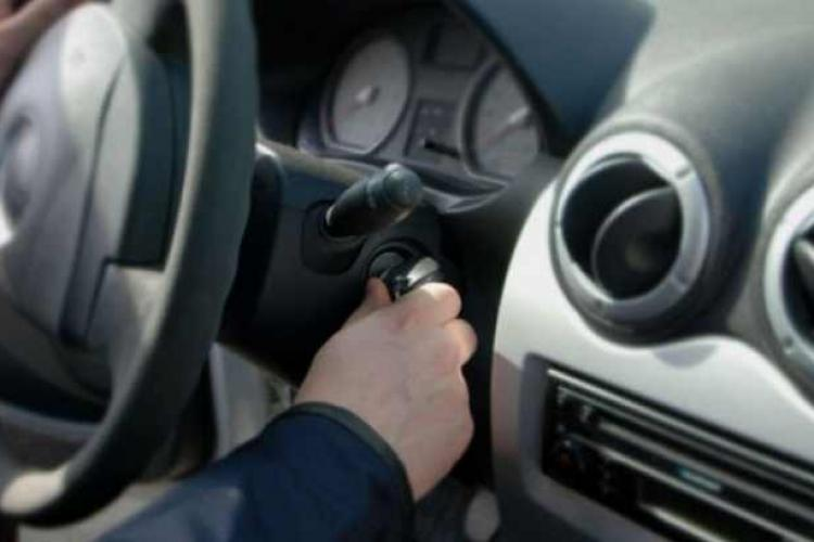 Cluj: A văzut o mașină cu cheile în contact în fața unui magazin și a FURAT-O! A făcut prăpăd pe drum