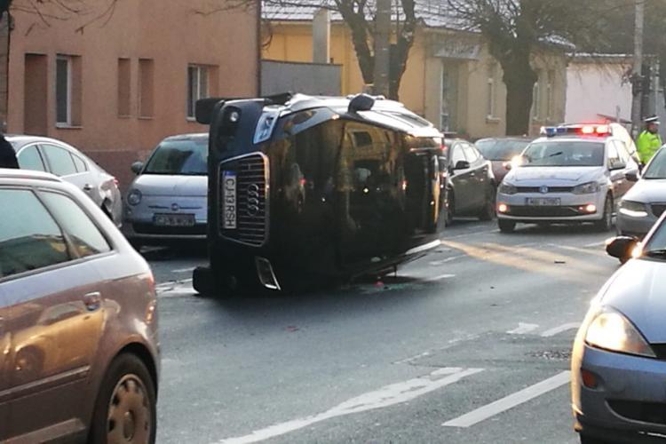 Cluj- O familie cu doi copii a scapat ca prin minune dupa ce Audi-ul in care se aflau s-a rasturnat. Video