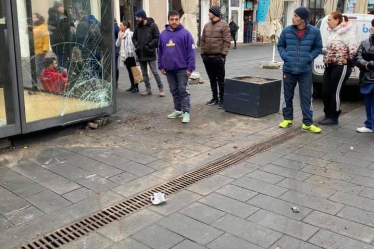 Accident pe Eroilor! I-au spart chioșcul lui Boc de 30.000 de euro - FOTO