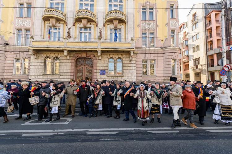 Horă uriașă, paradă militară și depunere de coroane în centrul Clujului, de Ziua Unirii Mici FOTO