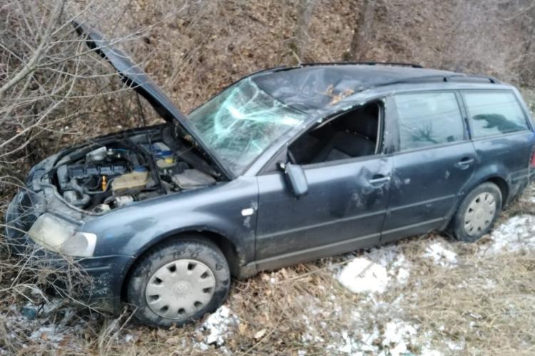 Mașina răsturnată pe marginea drumului la Dej. Ocupanții au scăpat ca prin urechile acului FOTO