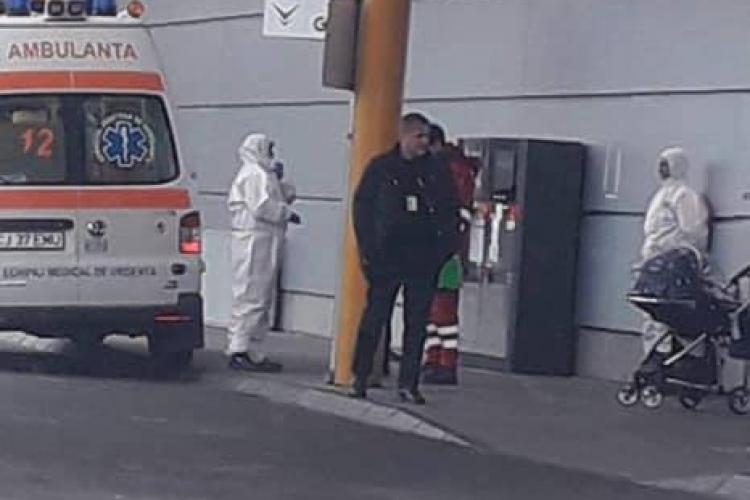 Alertă de coronavirus pe Aeroportul Cluj. Stewardesă suspectă preluată de medici - FOTO