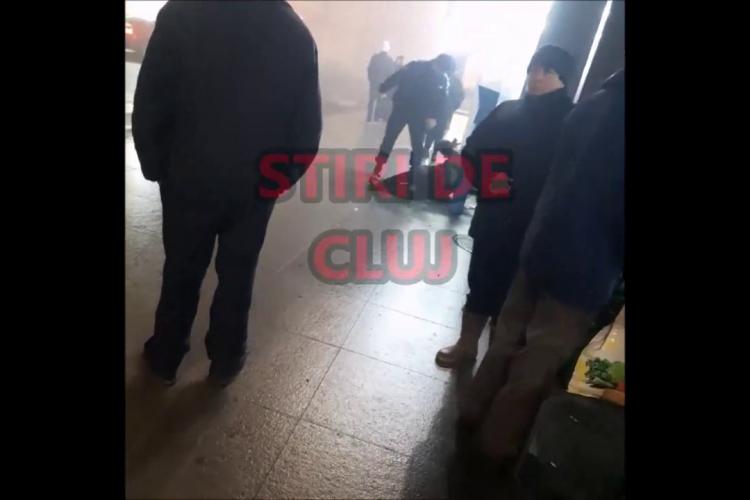 Cluj: Un jandarm LOVEȘTE și înjură un om în Piața Gării. Jandarmul: Io-s nime-n Clujul asta? - VIDEO