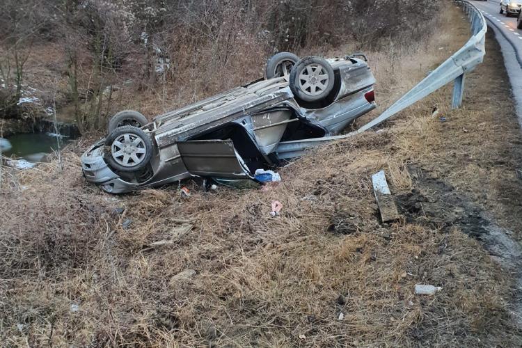 BMW  răsturnat pe marginea drumului pe Feleacu. Două persoane au ajuns la spital FOTO