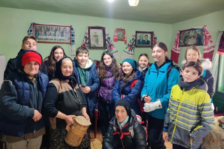 Elevii de la o școală clujeană au urcat în Muntele Cacovei, la Băișoara, pentru a le duce alimente bunicilor din banii produși de ei - FOTO