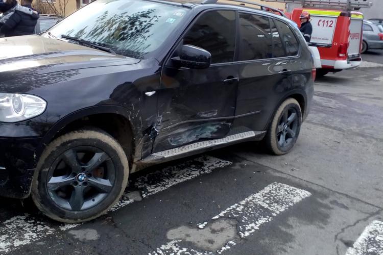 Accident în Dej, pe strada Unirii. BMW -ul nu lipsește din acțiune - FOTO