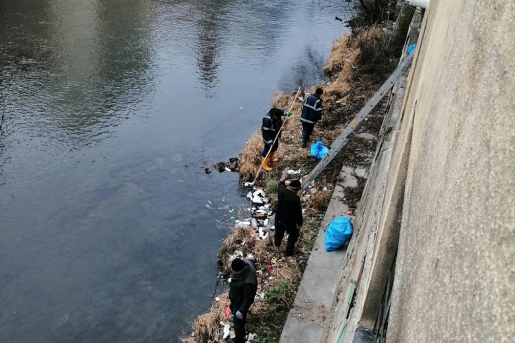 Groapă de gunoi pe Someș, în centrul Clujului. Și-au aruncat televizorul și hota în apă - FOTO