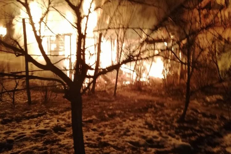 Incendiu la gospodăria unor clujeni! Au fost la un pas de a rămâne fără casă FOTO