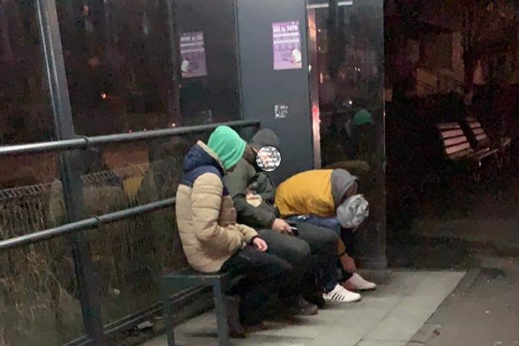 Copiii pot cumpăra droguri cu lejeritate. Caz din Mărăștur, surprins chiar în stația de autobuz - FOTO