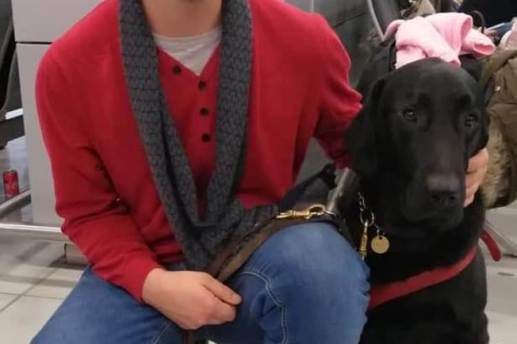 CFR dă vina pe călători după ce un clujean nevăzător a fost umilit de controlor: Nu au vrut câinele însoțitor în cușetă