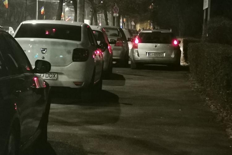 Trotuarul de pe Titulescu s-a transformat în parcare! Așa a soluționat Primăria problema parcărilor, după apariția benzii dedicate - VIDEO și FOTO