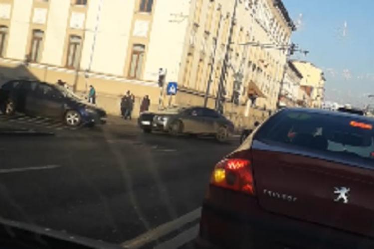 Bolid marca Bentley blochează intersecția pentru a întoarce - VIDEO