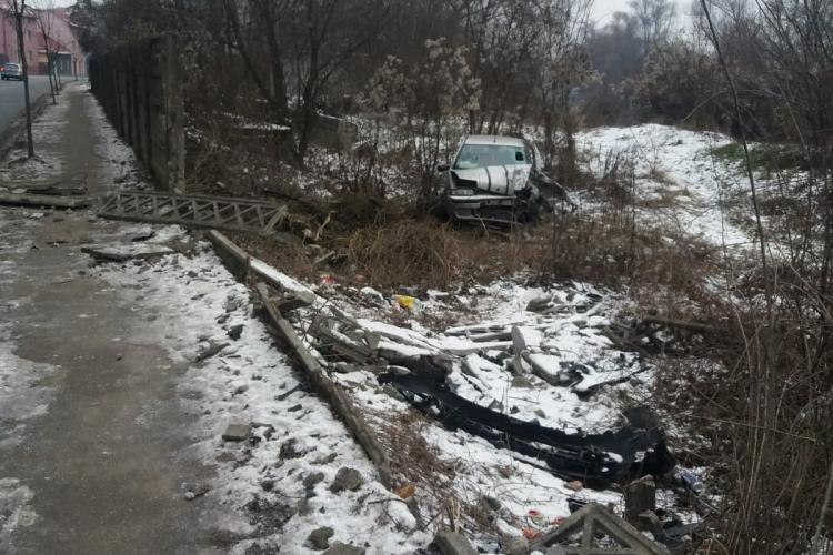 """CLUJ: O șoferiță a """"zburat"""" cu mașina de pe drum. A fost rănită FOTO"""