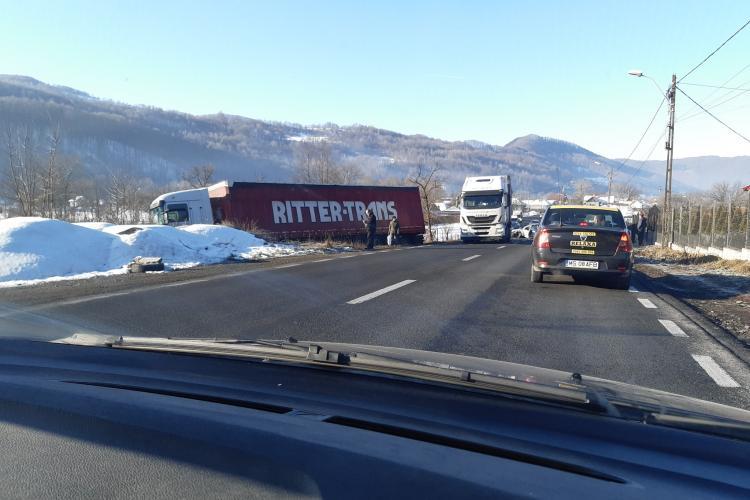 Accident la Bucea, pe DN 1! TIR scos de pe drum de un șofer aiurit - FOTO