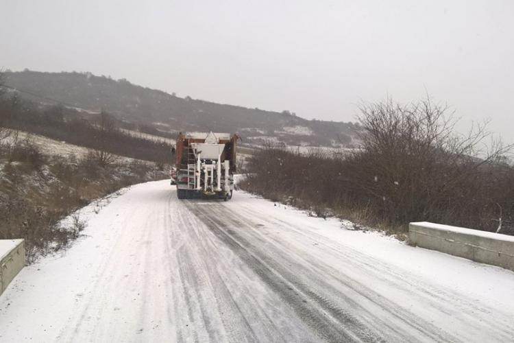 Polei pe multiple drumuri din Cluj. Peste 260 de tone de material antiderapant au fost împrăștiate pe drumurile din județ