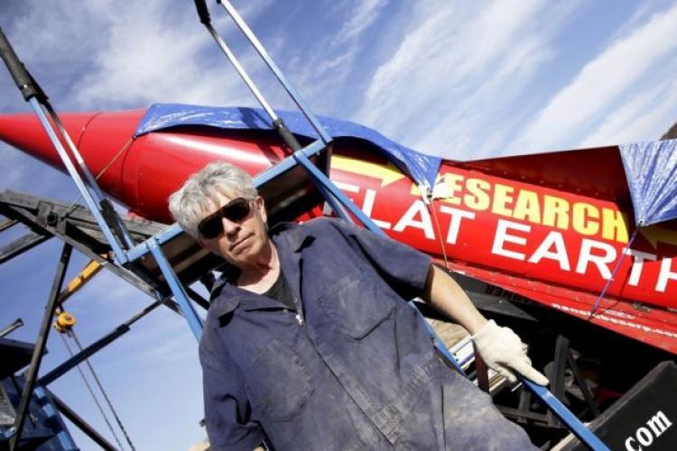 Mike Hughes a murit când a vrut să demonstreze că Pământul este plat: S-a prăbușit cu racheta VIDEO