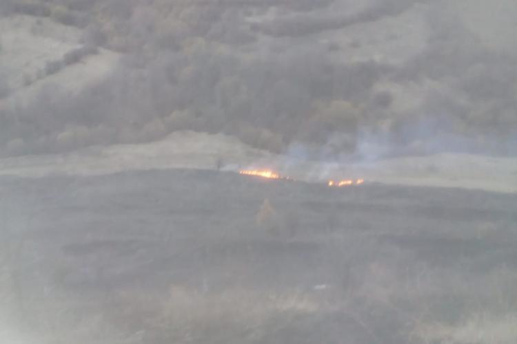 Inconștiență pură! Aproape 100 de hectare de vegetație au ars la Tăuți, din cauza unui clujean care A dat foc pășunii și a plecat FOTO