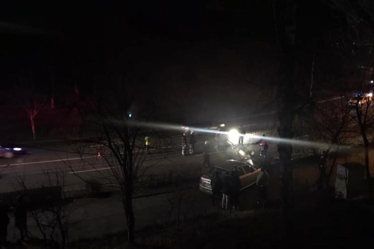 Accident pe Plopilor. Un șofer de 19 ani a dărâmat un stâlp cu mașina FOTO