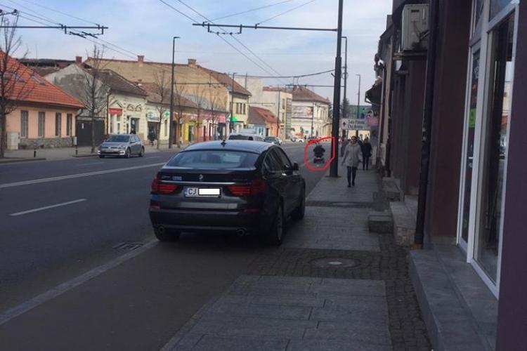 """Șofer cu BMW """"felicitat"""" pentru că i-a tăiat calea unei persoane cu dizabilitati, pe pista de bicicliști - FOTO"""