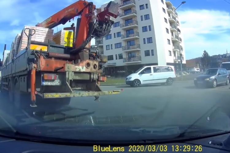 Camion încărcat cu cărămizi, la un pas de a se răsturna la Cluj - VIDEO cu tot incidentul