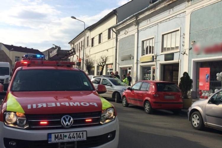 Clujeancă transportată la spital după ce i-a căzut o bucată de tencuială pe cap. Mergea pe stradă FOTO