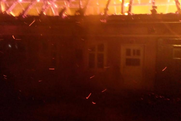Dovadă de omenie la Cluj! 20 de persoane s-au trezit în miezul nopții pentru a ajuta pompierii să stingă un incendiu FOTO
