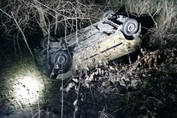 Cluj: Salvatorii cu mașini off-road de la ASV4x4 au salvat o mașină prăbușită într-o râpă din Făget - FOTO