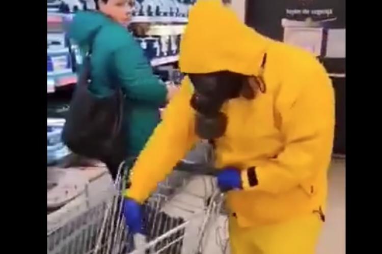 Scenă de la Lidl Baciu! S-a dus costumat în combinezon chimic și cu mască - VIDEO
