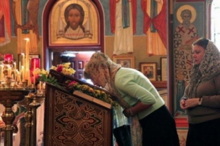 Credincioșii, sfătuiți să nu pupe icoanele din biserică, dar le pot săruta pe cele de acasă