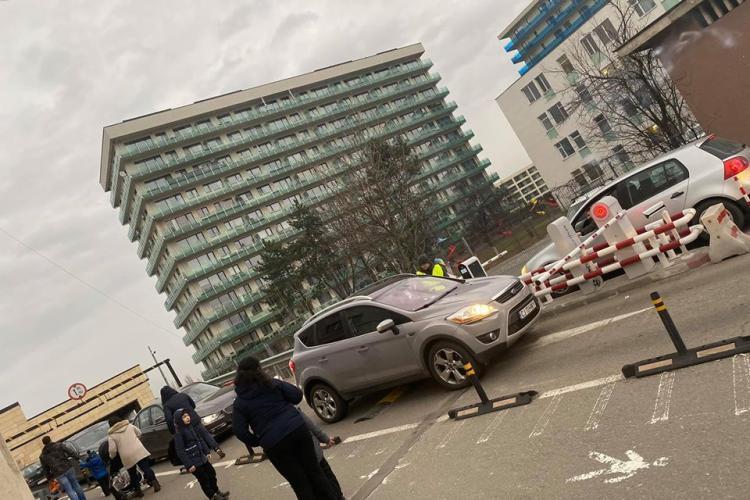 Șoferii acuză că e haos la Iulius Mall Cluj cu noul sistem de parcări - FOTO