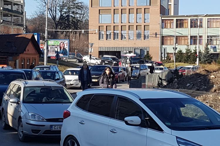 Coadă de zeci de metri la parcarea din Piața Cipariu - VIDEO
