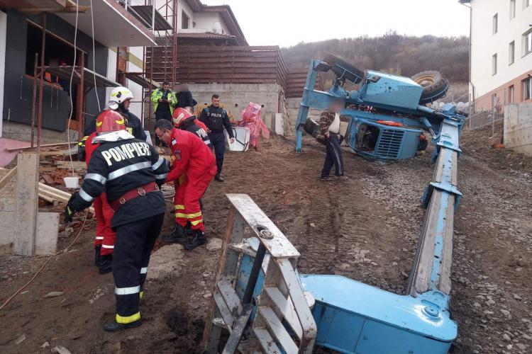 Muncitor prins în cabina unei macarale răsturnate pe strada Teilor, din Florești - FOTO