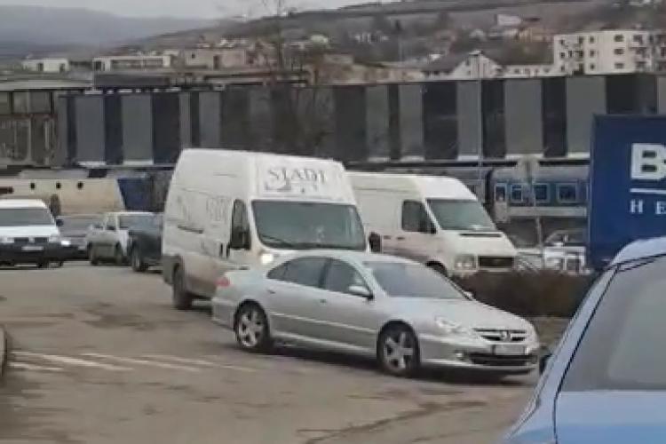 Bariera de pe Tăietura Turcului este blocată, iar șoferii în stare de confuzie - VIDEO