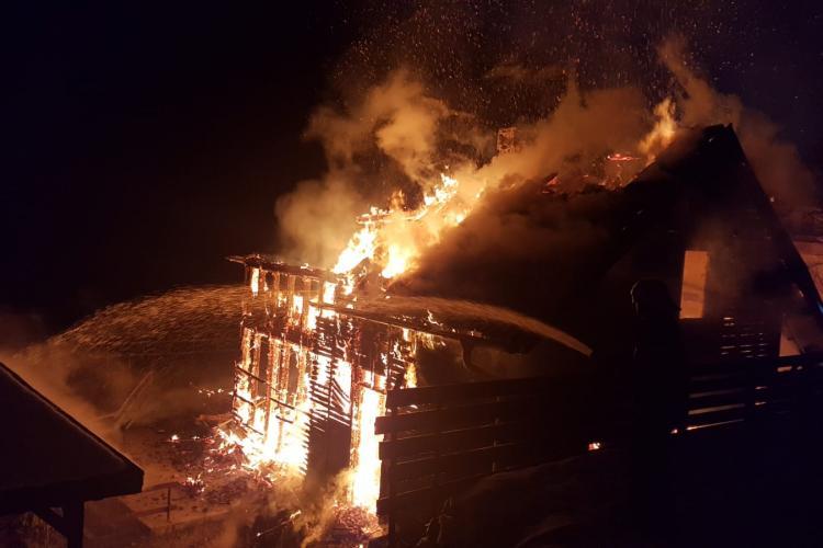 Cabană mistuită de flăcări la Mărișel. Pompierii au intervenit în forță FOTO/VIDEO