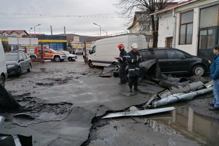 Vijeliile fac din nou RAVAGII la Cluj. Copaci căzuți pe șosea și bucăți de acoperiș căzute pe mașini FOTO
