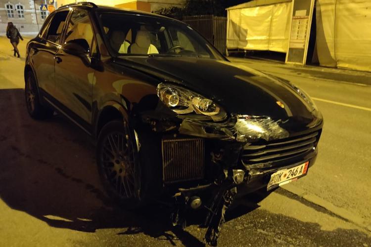 """Taximetru """"șifonat"""" bine de un Cayenne, la Cluj-Napoca. Șoferul vinovat a fugit - FOTO"""