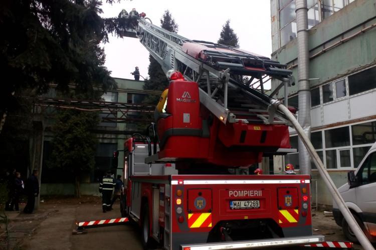 Incendiu la hala Sinterom de pe Bulevardul Muncii FOTO